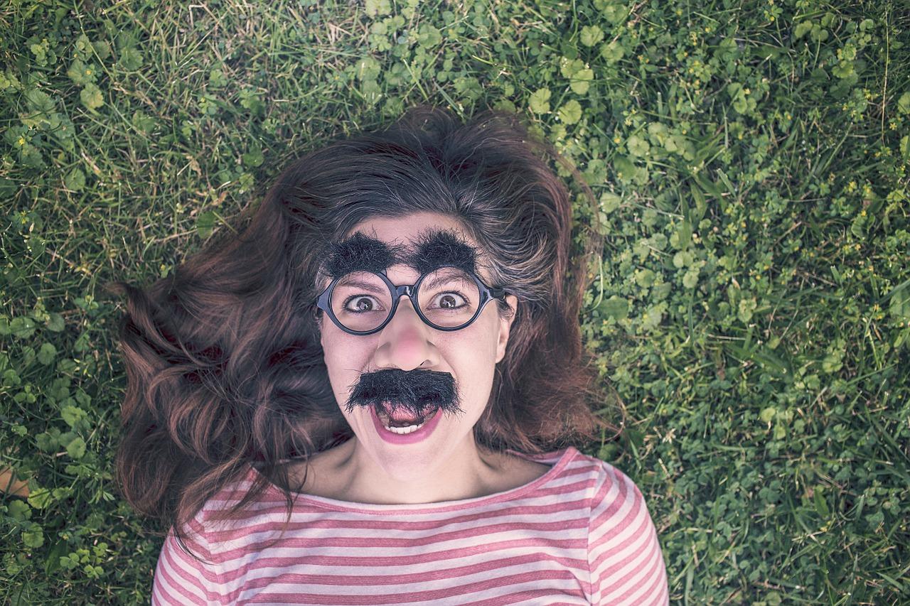女性の口ひげのイメージ画像