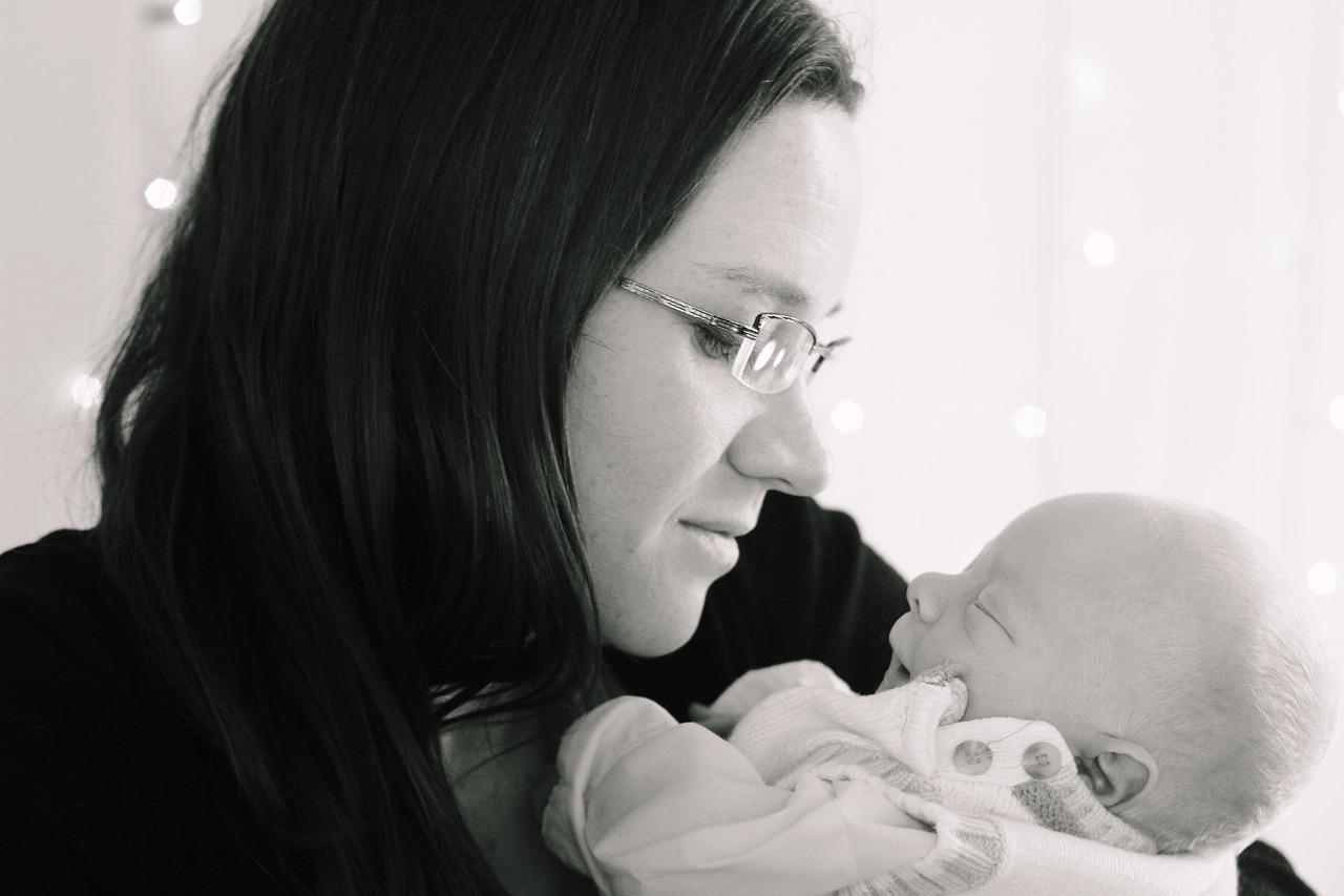 産後の親子のイメージ画像