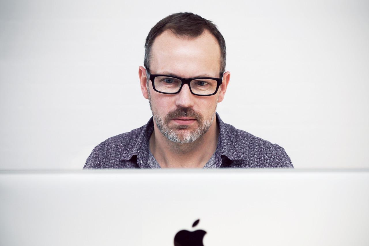薄毛、抜け毛、ハゲの男性イメージ画像